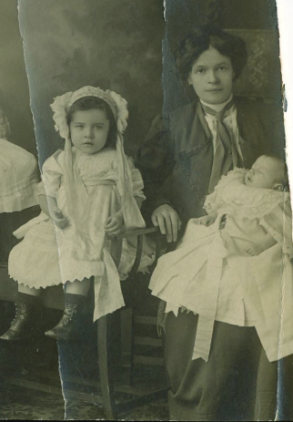 Kathleen Doran McGuire with children (c) 1910