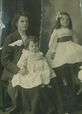 May Doran Buchanan with daughters (c)1910